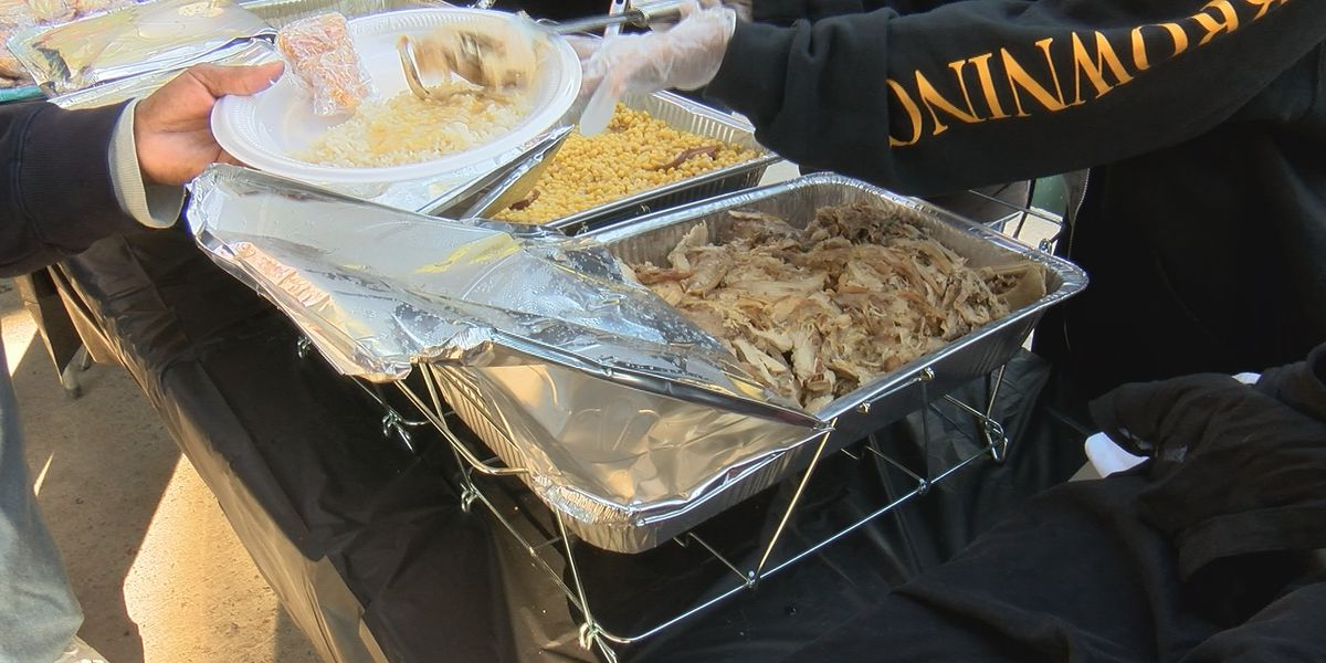 Columbia Gives Back: Groups hand out full Thanksgiving meals to homeless in Finlay Park