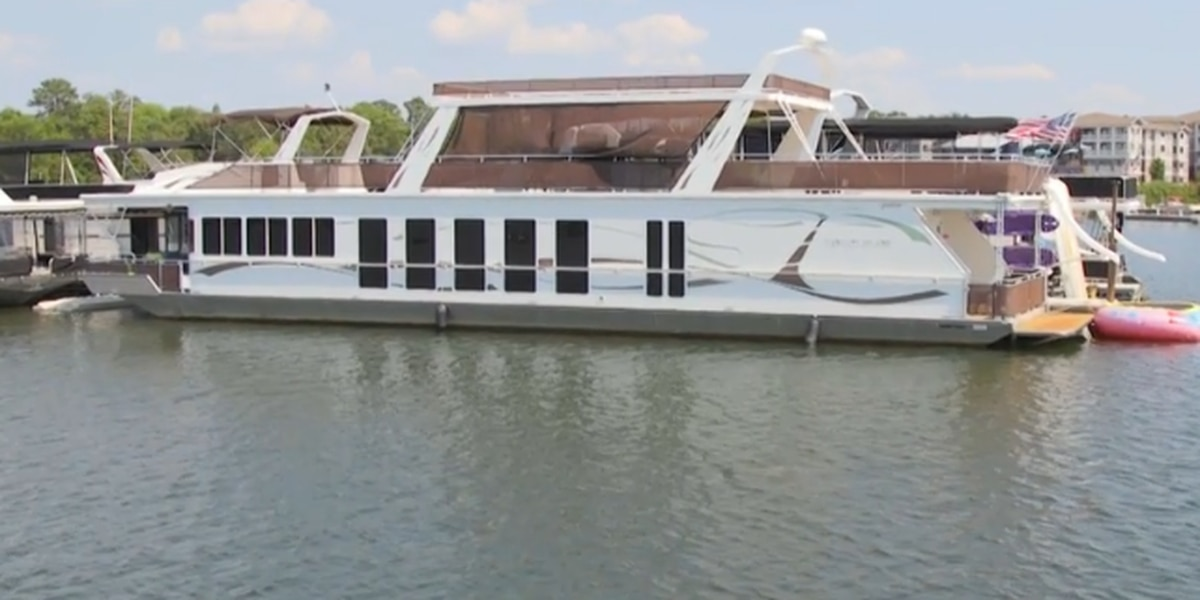 Check out this 4 bed, 3 bath houseboat on Lake Murray
