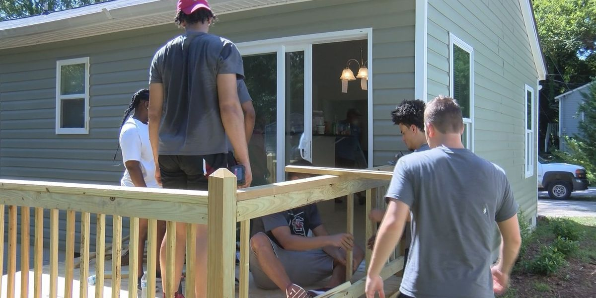 USC men's basketball team helps homeowner with renovations
