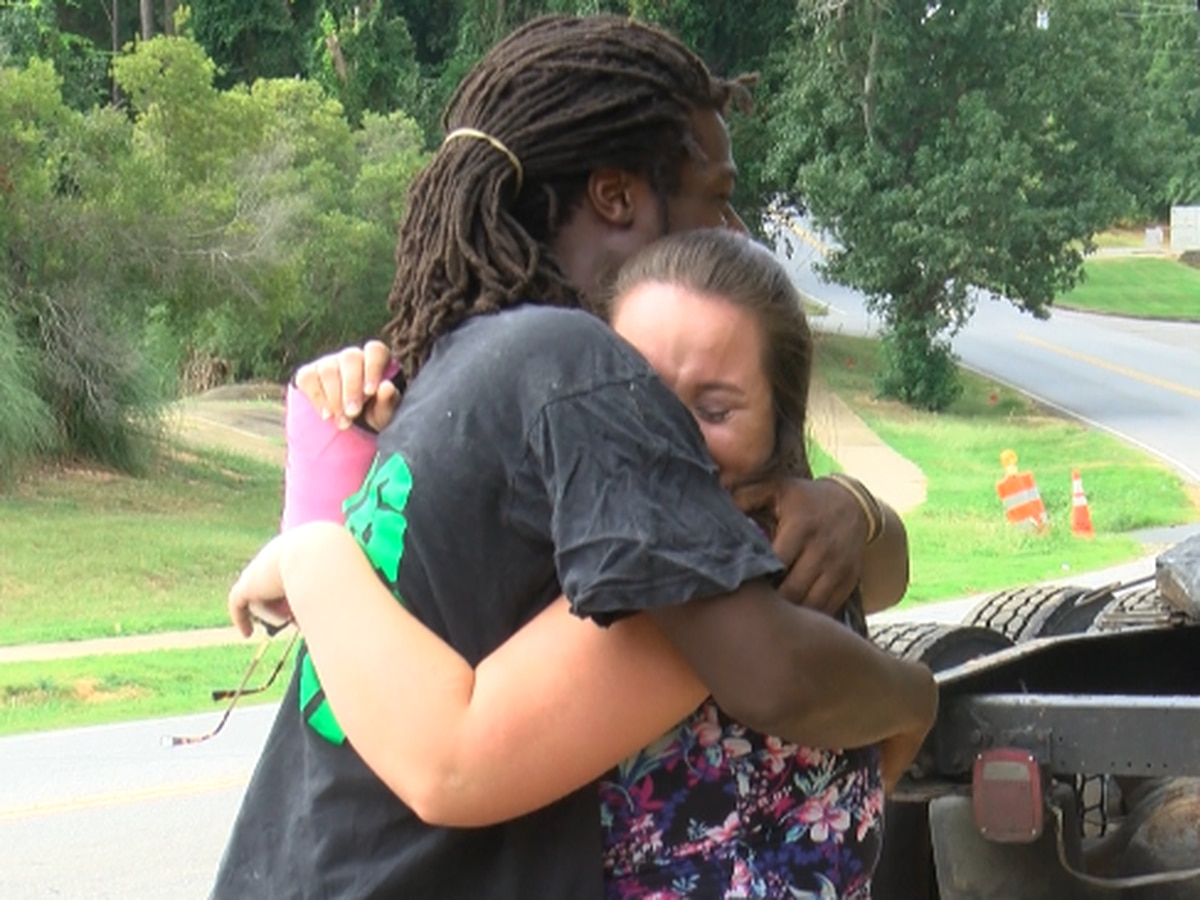 'It really takes an evil person to leave:' stranger helps family of three after the driver leaves scene of crash